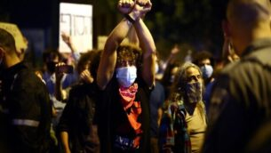 Israeli protesters gather during a demonstration amid a second lockdown in front of Prime Minister Benjamin Netanyahu's residence in Jerusalem, on September 26, 2020, to protest the government's handling of the COVID-19 pandemic. - Thousands of Israelis gathered in Jerusalem to demand the resignation of Prime Minister Benjamin Netanyahu, a day after the country tightened its lockdown aimed at slowing coronavirus spread. (Photo by Emmanuel DUNAND / AFP)