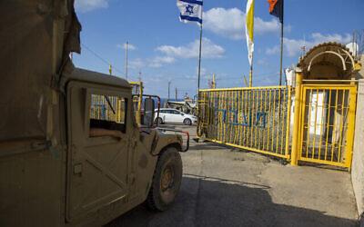تصویر: سرباز اسرائیلی حین گشودن دروازه گذرگاه مرزی «روش هنیکرا» میان اسرائیل و لبنان در شمال اسرائیل، ۱۴ اکتبر ۲۰۲۰. (Ariel Schalit/AP)