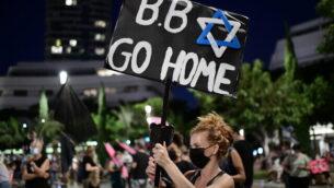 Israelis protest against Israeli prime minister Benjamin Netanyahu, at Dizengoff Square Tel Aviv on October 10, 2020. Photo by Tomer Neuberg/Flash90 *** Local Caption ***