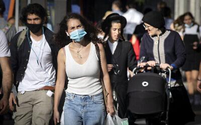 تصویر: مردم با ماسک صورت حین قدم زدن در مرکز شهر اورشلیم، ۱۵ اکتبر ۲۰۲۰، در طول تعطیل سراسری در اورشلیم. (Olivier Fitoussi/Flash90)