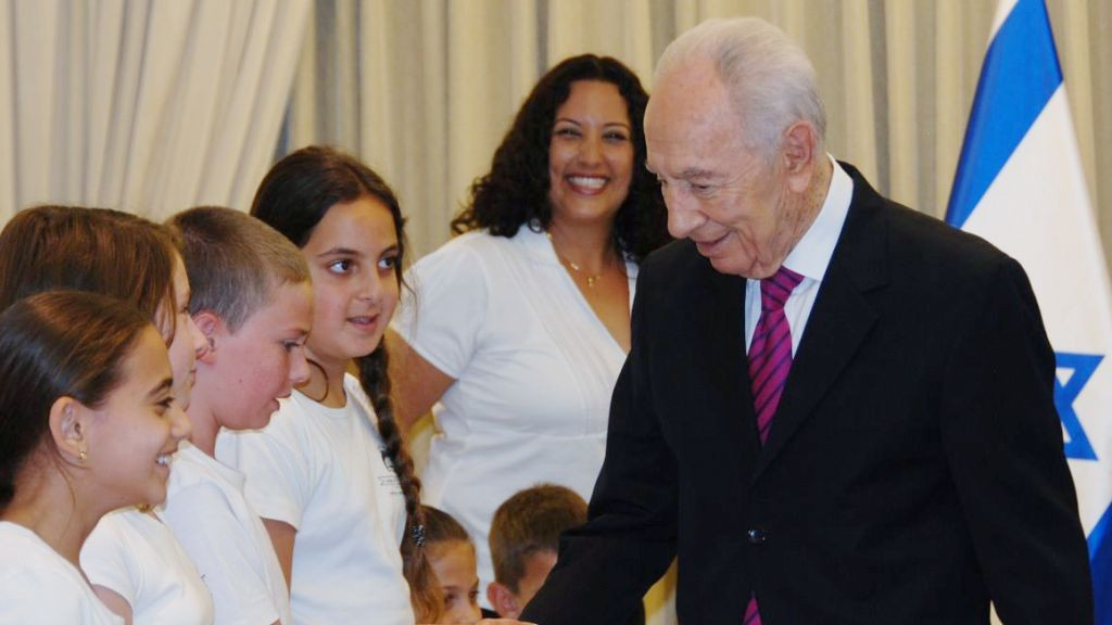 School children meet Israeli president Shimon Peres, in Jerusalem on June 13, 2013. (photo credit: Orit Gori/GPO/Flash90)
