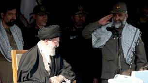 فرمانده کل بسیج در کنار رهبری