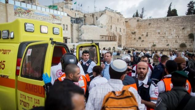 آمبولانس ها نزدیک دیوار غربی، در پی یک حمله تروریستی، نزدیک دروازه «لیون»، جایی که یک زن فلسطینی به مردی اسرائیلی با چاقو حمله کرد (7 اکتبر 2015) (Yonatan Sindel/Flash90)