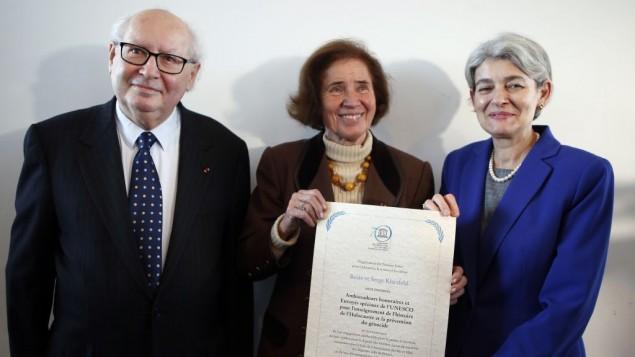 سرگی کلرسفلد (چپ)،  بیت کلرسفلد (راست)، همراه با مدیرکل یونسکو ایرینا بوکوآ، عکس از آسوشیتدپرس