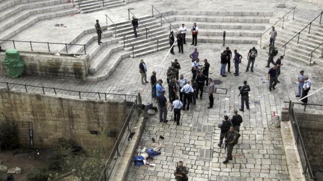 سرباز اسرائیلی نزدیک جسد فلسطینی که به دو پلیس با چاقو حمله کرده بود در کنار دروازه دمشق ایستاده است (10 اکتبر 2015) (AP Photo/Mahmoud Illean)