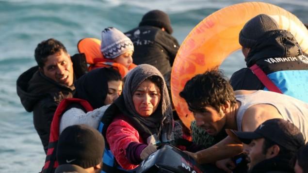 مهاجران در قایق بادی - عکس از امره تازگل