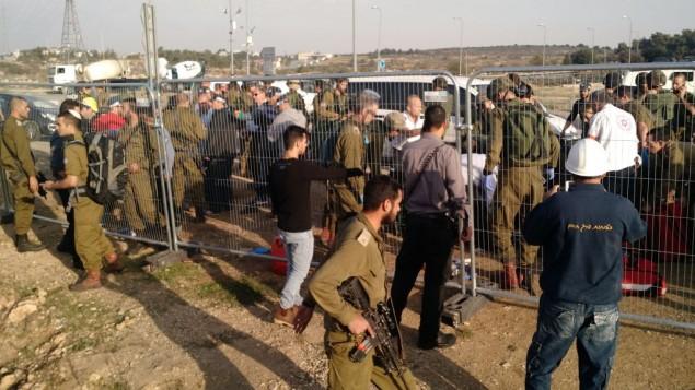 سربازان در محل تهاجم تروریستی در تقاطع گاش اتزیون - تایمز اسرائیل