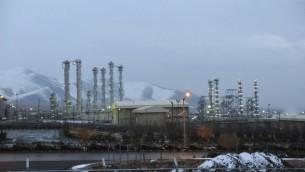 تاسیسات هسته ای آب سنگین ایران با پسزمینه کوه های نزدیک به شهر مرکزی اراک  - عکس از ایسنا