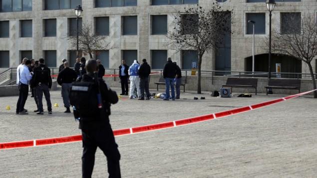 پلیس پزشکی قانونی کنار جسد مهاجم فلسطینی که در پی حمله ۲۶ دسامبر ۲۰۱۵ به شهر قدیم اورشلیم به قتل رسید - خبرگزاری فرانسه