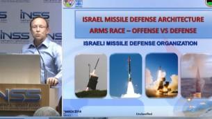یائر رماتی مدیر سیستم پدافند موشکی اسرائیل، چپ، حین معرفی سیستم