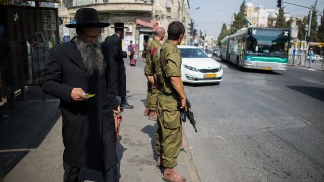 سربازان یهودی در ایستگاه های اتوبوس - عکس از: یوناتان سیدرل