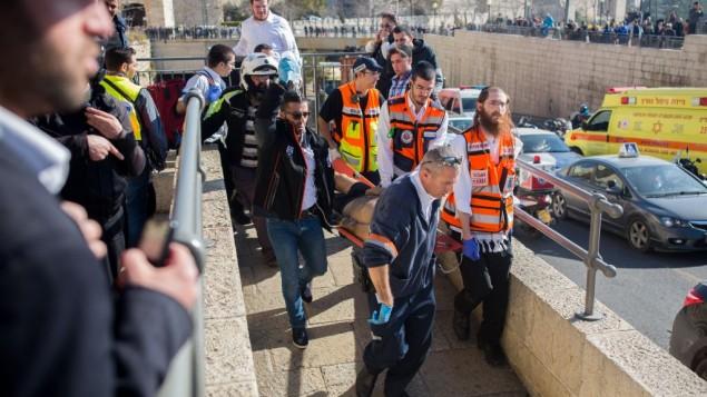 گروه نجات و پاراپزشکان مرد مجروح را از محل حادثه در دروازه جفا در شهر قدیم اورشلیم خارج می کنند- یوناتان سیندل