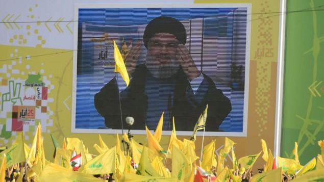 رهبر حزب الله شیخ حسن نصرالله در حال سخنرانی تلویزیونی در یک راهپیمایی در شهر جنوبی لبنان، نباتیه- محمد ذاتری
