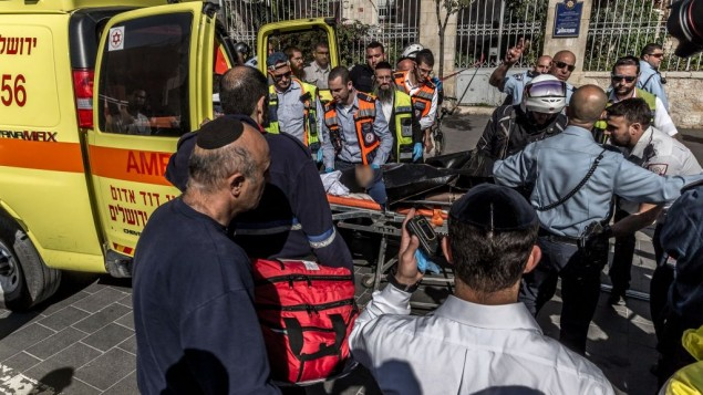 نیروهای امنیتی اسرائیل و ماموران امداد جسد زن جوان تروریست عرب را از محل حادثه، نزدیک به بازار میوه محین یهودا در مرکز اورشلیم خارج می کنند.  ساموئل ونگیرنوویچ