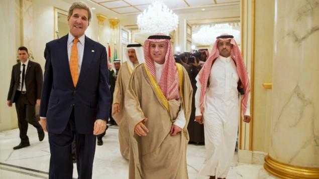 وزیر خارجه ایالات متحده، جان کری و وزیر خارجه عربستای سعودی، عادل الجوبیر، به اتفاق برای شرکت در یک کنفرانس مطبوعاتی مشترک- ژاکلین مارتین - خبرگزاری فرانسه