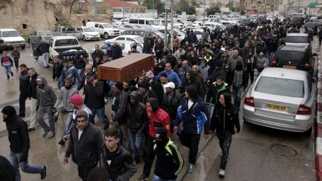عزاداران،  تابوت امین شعبان، تاکسیران ۴۲ ساله را به گورستانی در شهر لاد مشایعت می کنند. جسد شعبان ساعاتی پس از تیراندازی شدید در مرکز شهر تل آویو، روز اول سال نو، کشف شد. احمد قربیل - خبرگزاری فرانسه