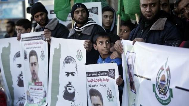 حامیان فلسطینی گروه تروریستی حماس در عزای نشاط میلهم، عرب اسرائيلی که ۳ نفر را در تیراندازی هفته گذشته در تل آویو به قتل رساند، در تظاهراتی در شهر غزه دیده می شوند - محمود همس - خبرگزاری فرانسه