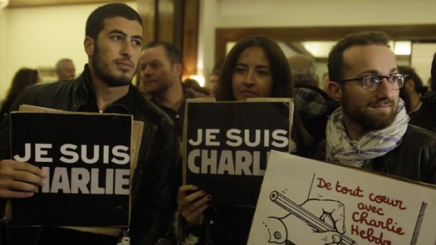 پلاکاردهایی با عبارت «من شارلی هستم» در راهپیمایی همبستگی در اسرائیل - امیر لوی