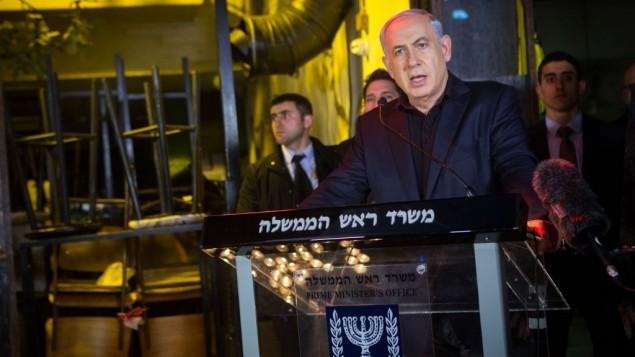 نخست وزیر بنیامین نتانیاهو، ۲ ژانویه ۲۰۱۶، در محل تیراندازی ۱ ژانویه در تل آویو - میریام آلستر