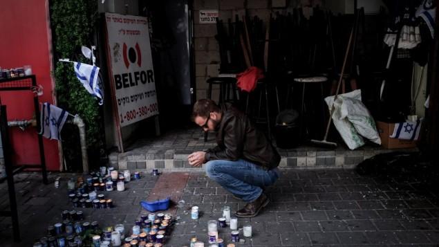 مردم اسرائیل در محوطه بیرون از بار خیابان دیزنگوف در مرکز تل آویو - بن کلمر