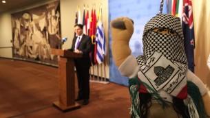 سفیر اسرائیل در سازمان ملل، دانی دانون، و همکارانش عروسک هایی که به آن نام عروسک ترور داده اند را به نمایش  گذاشتند و گفتند این عروسک ها به کودکان فلسطینی درس خشونت و نفرت می دهد - کارا آنا