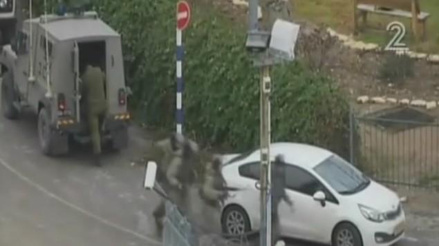 سربازان نیروی دفاعی به سوی محل تیراندازی در شهر حبرون الخلیل کرانه باختری می شتابند