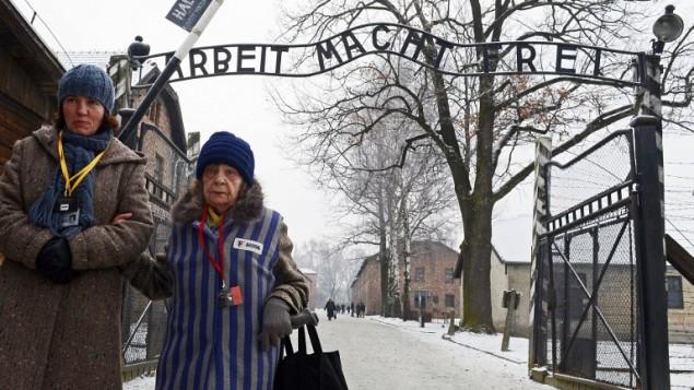 یکی از زندانیان اردوگاه مرگ در مراسمی که در محل اردوگاه مرگ پیشین نازی، آشویتس-بیرکنو - خبرگزاری فرانسه