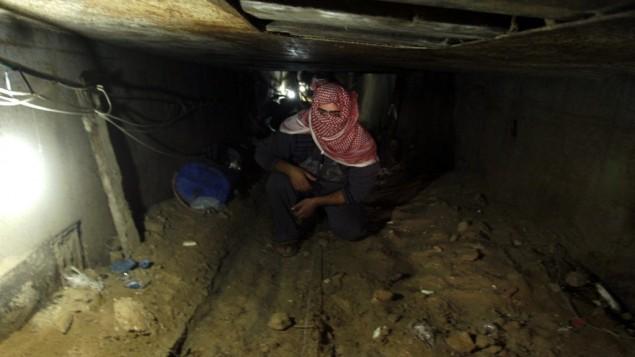 یک مرد فلسطینی حین داخل تونلی که از سوی قاچاقچیان استفاده می شود، و نوار غزه را در رفح، جنوب نوار غزه، به مصر متصل می کند - عابد رحیم
