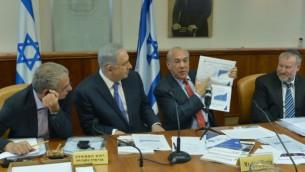 نخست وزیر بنیامین نتانیاهو (۲چپ) و انجل گوریا (۲راست)، دبیرکل سازمان همکاری و توسعه اقتصادی، در جلسه هفتگی مجلس، اورشلیم - کوبی گیدوئن