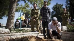 دوستان توویا یانای وایسمن، بعد از مراسم تدفین، در آرامگاه نظامی مونت هرزی در اورشلیم- حاداص پاروش