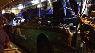 صحنه تصادف اتوبوس در بزرگراه شماره ۱۷ میان اورشلیم و تل آویو - عکس زاکا