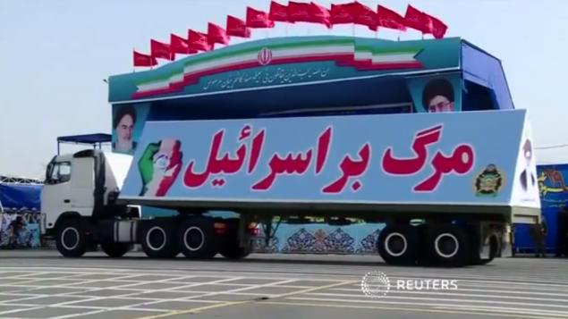 کامیونی با پارچه-نویسی «مگر بر اسرائیل» در یکی از رژه های نظامی ایران