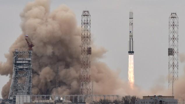 راکت پروتون-ام روسی حامل سفینه اکسو مارس ۲۰۱۶ از سکوی پرتاب در پایگاه روسی بالکونور کازموردروم، به هوا برمی خیزد. خبرگزاری فرانسه