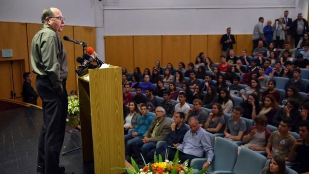وزیر دفاع موشه یعلون در جمع دانش آموزان مدرسه رامات هگولان سخن می گوید، ۲۱ مارچ ۲۰۱۶
