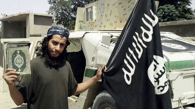 عکس بدون تاریخ، در مجله دابق انگلیسی زبان گروه اسلامی، عبدالحمید اباعود، که از سوی مقامات فرانسوی به عنوان مغز متفکر تهاجم ۱۳ نوامبر ۲۰۱۵ پاریس معرفی شد