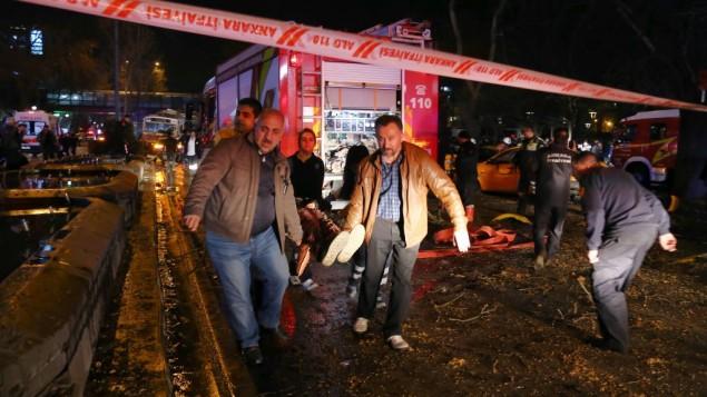 مردم یک مجروح را پس از انفجار در مرکز شهر آنکارا از محل خارج می کنند، یکشنبه، ۱۳ مارس ۲۰۱۶