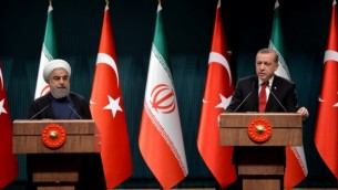 رئیس جمهوری ترکیه اردوغان (راست) به همراه همتای ایرانی خود حسن روحانی (چپ) حین گفتگو در کنفرانس خبری بعد از دیدار در مقر ریاست جمهوری در آنکارا، ۱۶ آوریل ۲۰۱۶- خبرگزاری فرانسه