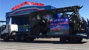 ایران آنچه را که ادعا می کند انباره موشک های تازه-دریافتی اس-۳۰۰ است را در رژه به نمایش می گذارد - فارس