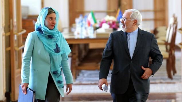 وزیر خارجه ایران محمدجواد ظریف، راست، و رئیس سیاست های خارجی اتحادیه اروپا، فدریکا موگرینی حین ورود به جلسه خبرنگاران و گزارش دیدار در تهران، ایران، شنبه ۱۶ آوریل ۲۰۱۶
