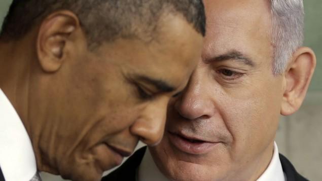 ریاست جمهوری ایالات متحده باراک اوباما حین گوش دادن به نخست وزیر بنیامین نتانیاهو طی بازدید از بنای یادبود کودکان در یاد ویشام، یادبود هولوکاست