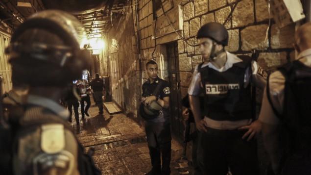 پلیس اسرائیل در شهر قدیم اورشلیم، نزدیک محلی که چاقوزنی صورت گرفت - یوناتان سیندل
