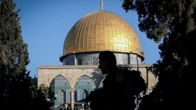 پلیس اسرائيل در حال نگهبانی در تپه معبد مقدس در اورشلیم