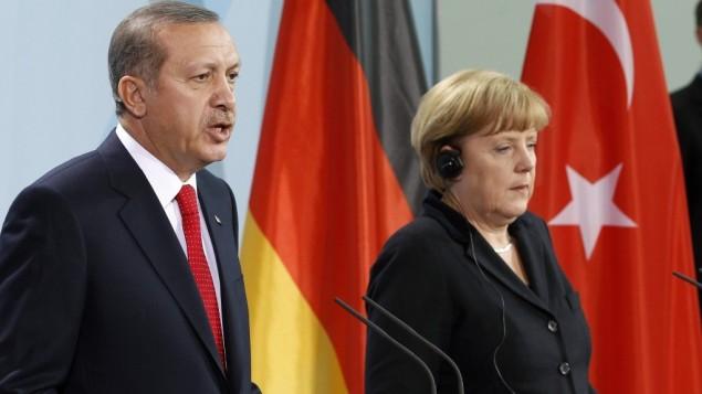 صدراعظم آلمان، آنگلا مرکل، و ریاست جمهوری ترکیه رجب طیب اردوغان حین گفتگو با خبرنگاران در کنفرانس مطبوعاتی مشترک
