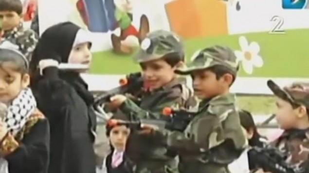 دختر جوان فلسطینی در نمایشی که بخشی از «جشنواره فلسطینی کودکان و آموزش» است با چاقو «به سربازهای اسرائیلی» حمله می کند.