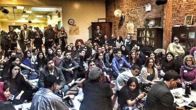 یهودیان و مسلمانان در مراسم سدر در سالن جامعه مسلمانان منهتن میانه