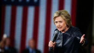 نامزد دمکرات ریاست جمهوری، هیلاری کلینتون در جمع حامیان خود در مدرسه اسکوئلیتای اوکلند کالیفرنیا در ۶ می ۲۰۱۶ سخنرانی می کند - خبرگزاری فرانسه