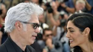 جیم جارموش، کارگردان امریکایی (چپ) و بازیگر ایرانی-فرانسوی گلشیفته فراهانی در ۱۶ می ۲۰۱۶ در مقابل دوربین عکاسان- خبرگزاری فرانسه