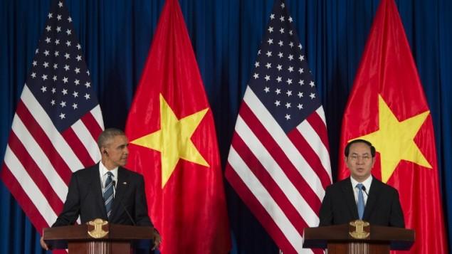 باراک اوباما رئیس جمهور ایالات متحده و تران دای کوانگ رئیس جمهور ویتنام در کنفرانس مشترک رسانه ای در هانوی - خبرگزاری فرانسه