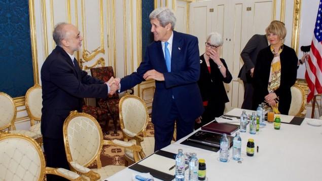 جان کری، وزیر امور خارجه ایالات متحده ۳۰ ژوئن ۲۰۱۵ در وین اتریش با علی اکبر صالحی، مقام هسته ای ایران دست می دهد- سایت وزارتخارجه آمریکا