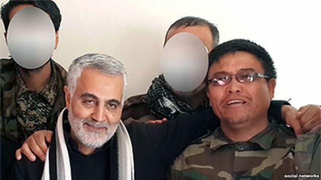 قاسم سلیمانی، فرمانده سپاه قدس به همراه یکی از فرماندهان لشکر فاطمیون که علیه مخالفان بشار اسد می جنگند